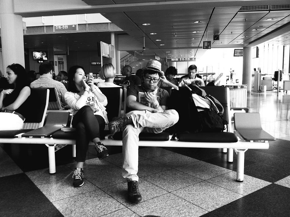 Pareja esperando en el aeropuerto
