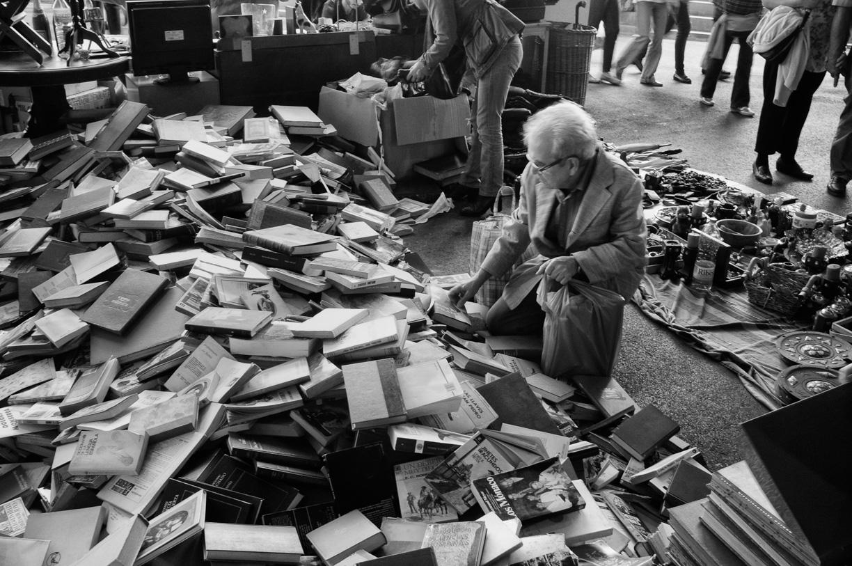 Hombre rebuscando libros