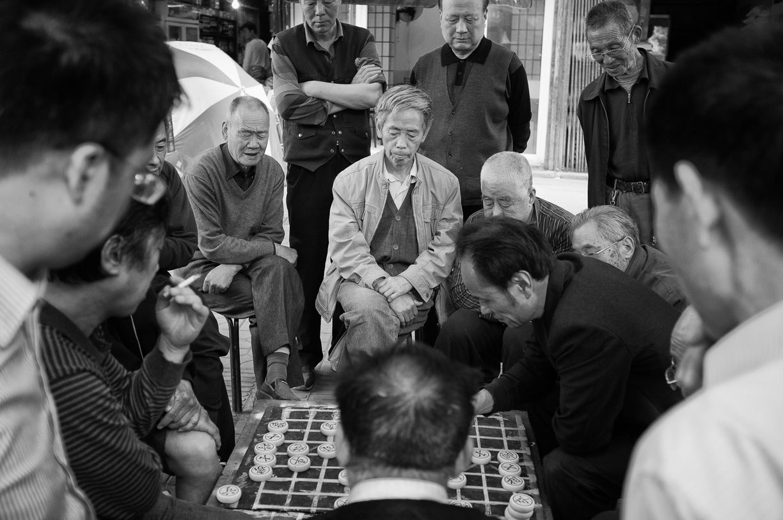 Hombres jugando al ajedrez chino