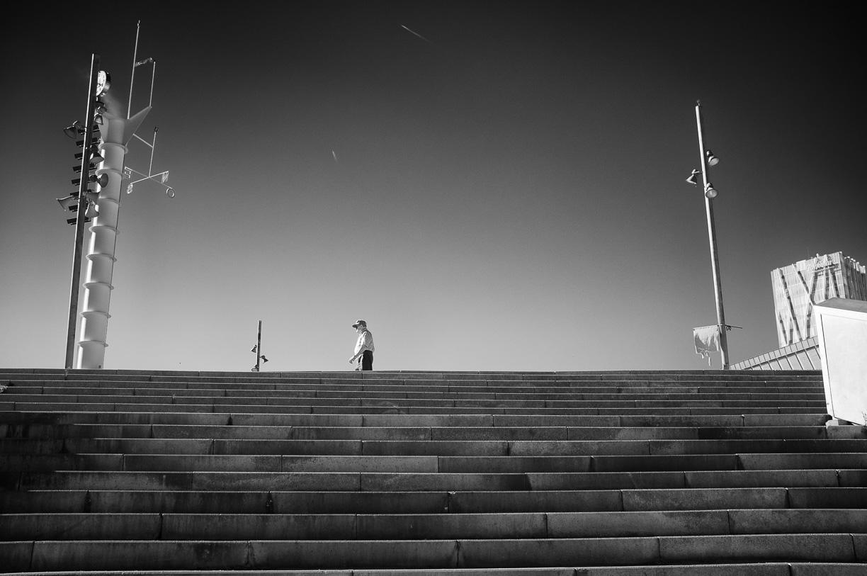 Hombre caminando bajo el oscuro cielo