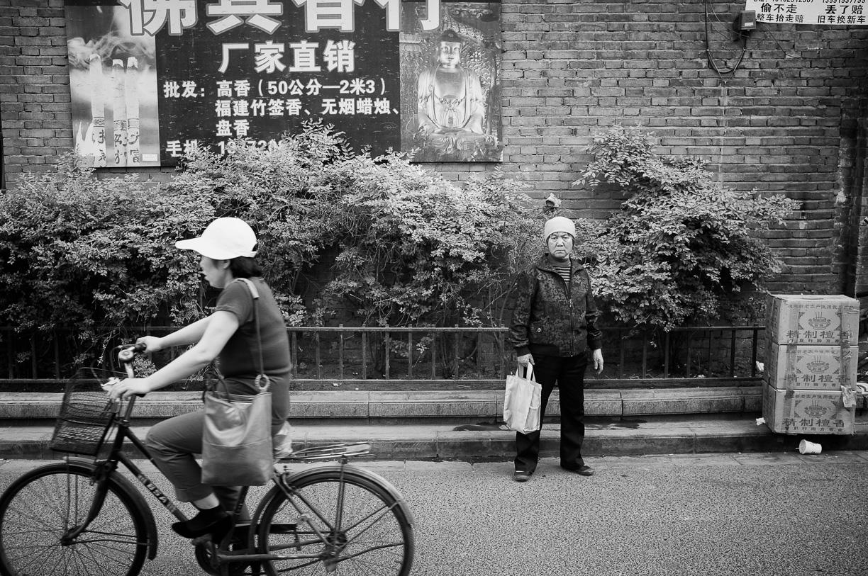 Una mujer con la mirada fija en mitad de la calle