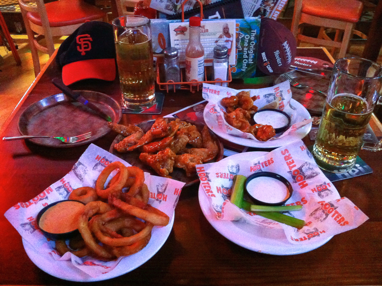 Cenando en el Hooters de Los Angeles