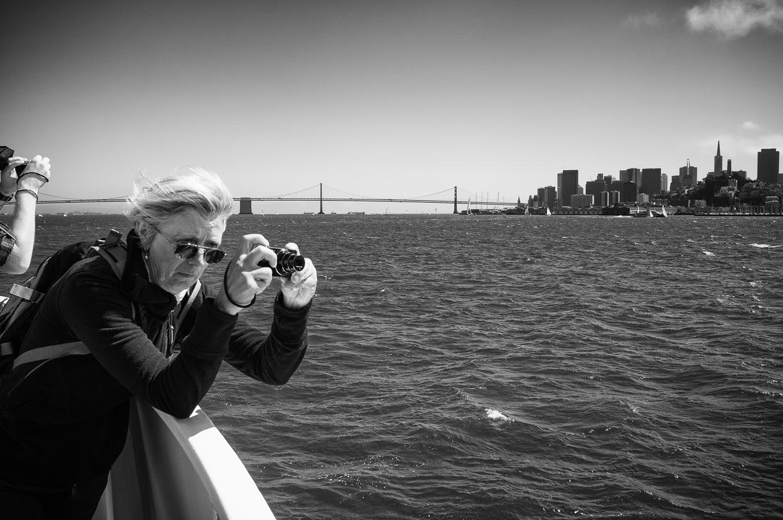 Mujer Fotografiando Alcatraz – San Francisco