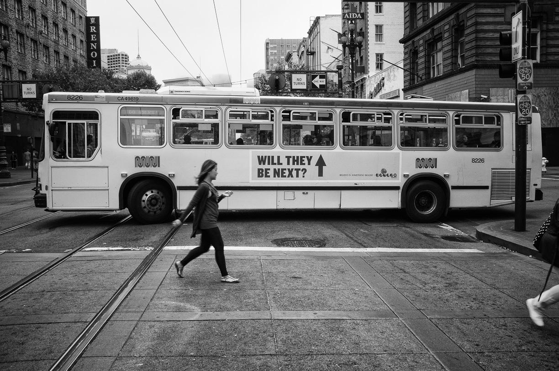 Chica cruzando calle en San Francisco