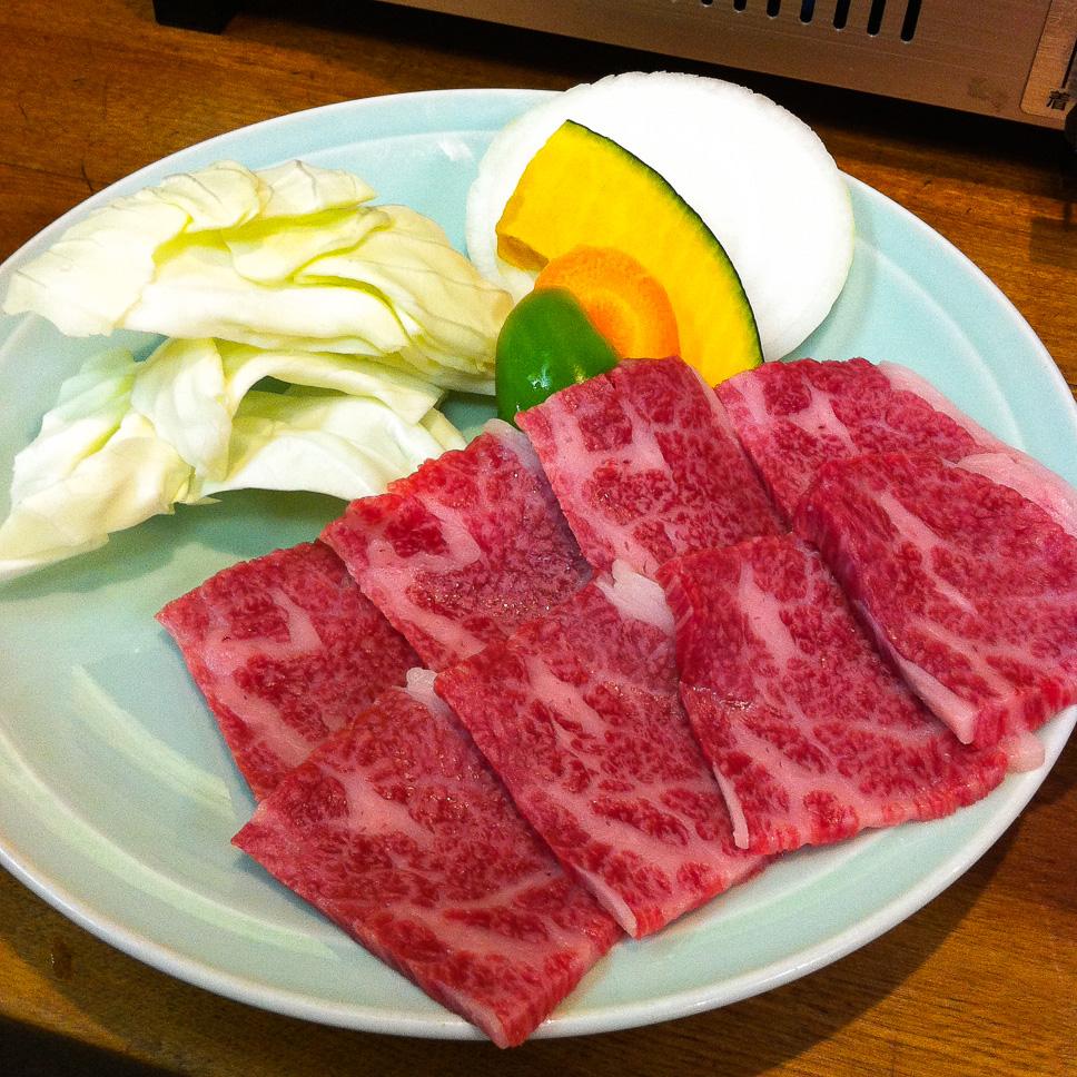 Comiendo ternera de Hida en Takayama, Japón