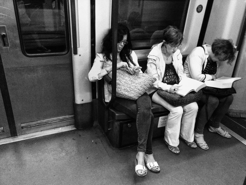 Mujeres leyendo en el metro de Barcelona
