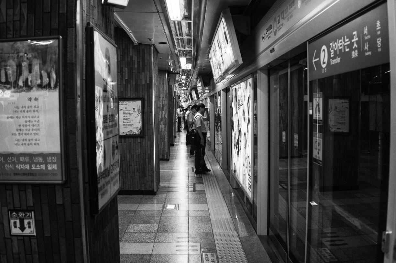Camisa clara y pantalones oscuros en Seúl, Corea del Sur