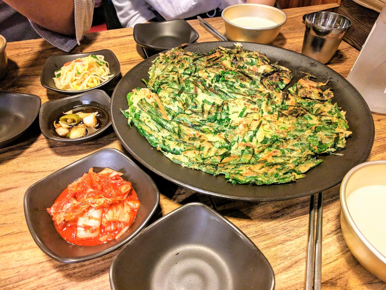 Panqueque coreano de cebolleta y vino de arroz
